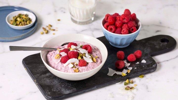 Kjøleskapsgrøt med bringebær – perfekt frokost pågrøtdagen