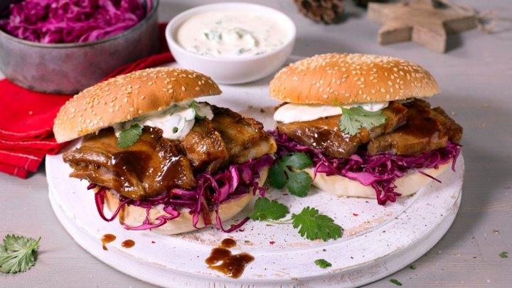 Ribbeburger med lettsyltet rødkål ogrømmedressing