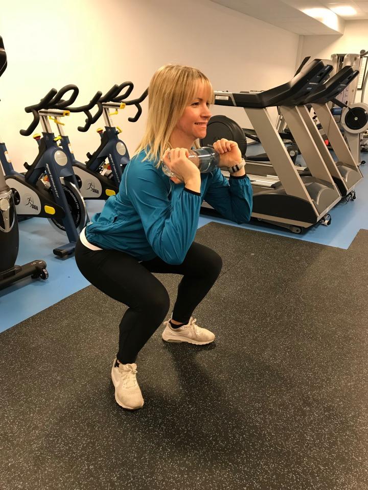 Knebøy med flaske, manual, kettlebell - trening for gravide - klinisk ernæringsfysiolog Anne Marie Skjølsvik